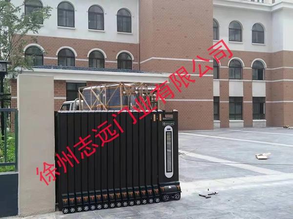 徐州某校区选择徐州志远门业有限公司电动伸缩产品
